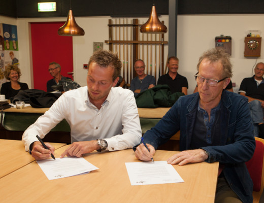 ondertekening-contract-jelle-en-arjen